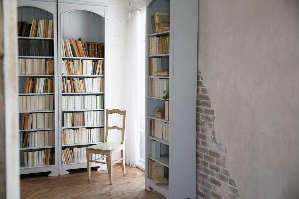 Atelier Pom 目黒中町 (アトリエ ポム)2F/本棚と白壁と窓