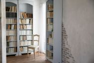 Atelier Pom 目黒中町 (アトリエ ポム):2F/本棚と白壁と窓