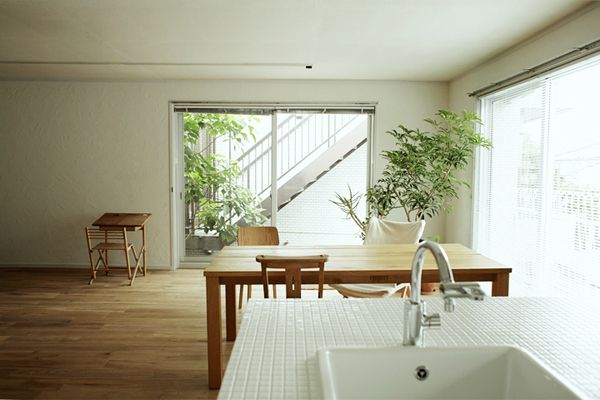 FOTOM(フォトム)キッチン越しの東側の窓