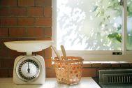 FOTOM(フォトム):自然光の入るキッチンの窓辺