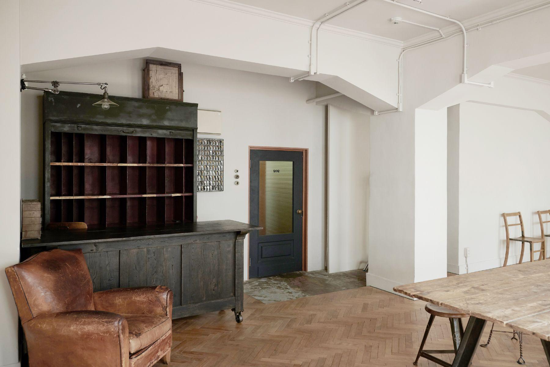 Perfectly-Blank (パーフェクトリーブランク)カウンター周辺と入り口ドア
