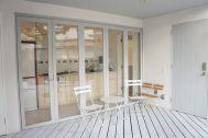 Seaside Hayama / 個人宅:キッチンの扉は開きます