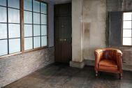 STUDIO FOGLIA 1st (スタジオ フォグリア 1st):大きな格子窓とレンガ
