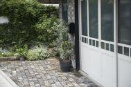 STUDIO FOGLIA 1st (スタジオ フォグリア 1st):外観 石畳に白の4枚ドア