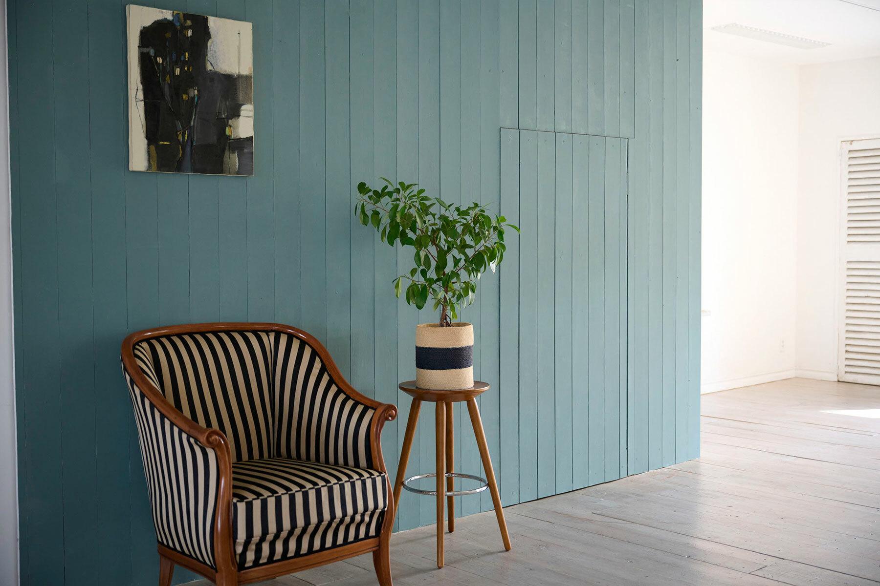 STUDIO FOGLIA 2st (スタジオ フォグリア 2st)稼働の棚と薄いグレー壁