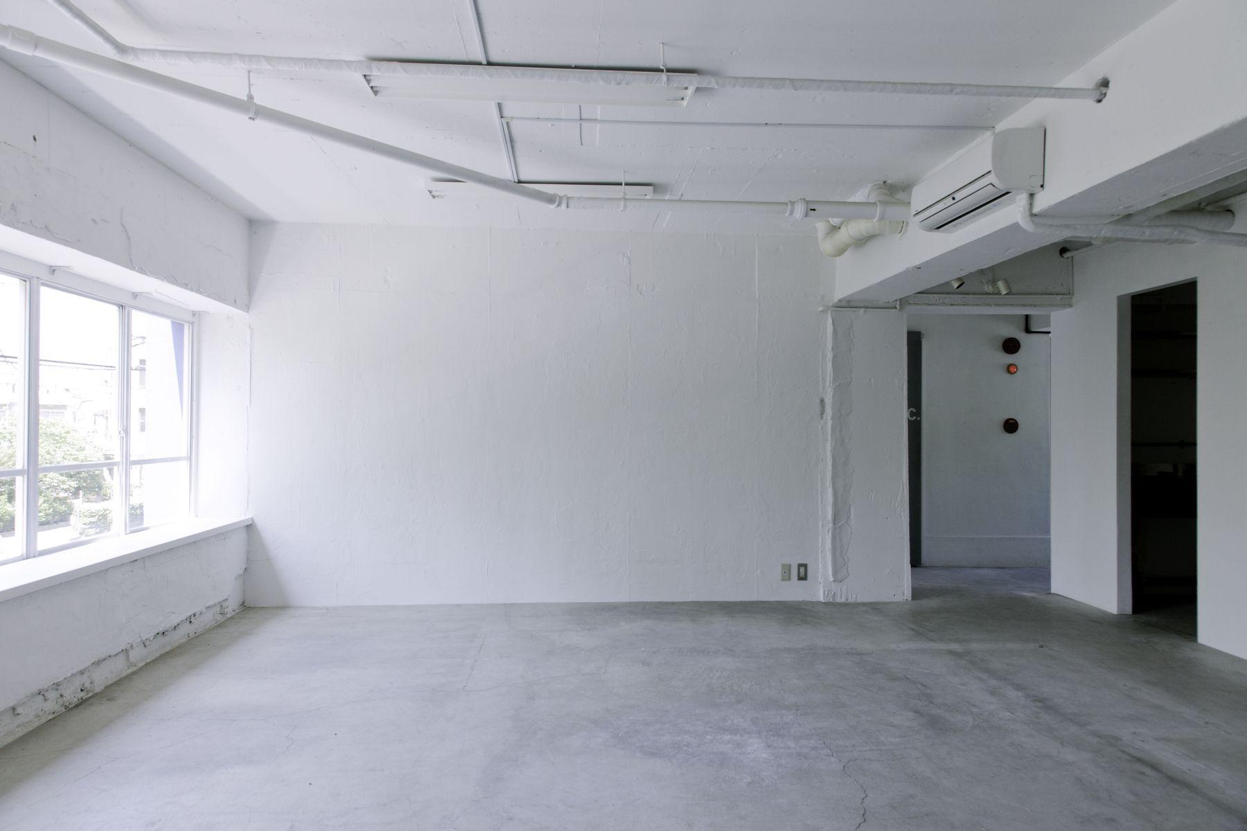 LEERES STUDIO (リアレススタジオ)自然光の差し込大きな壁/2F
