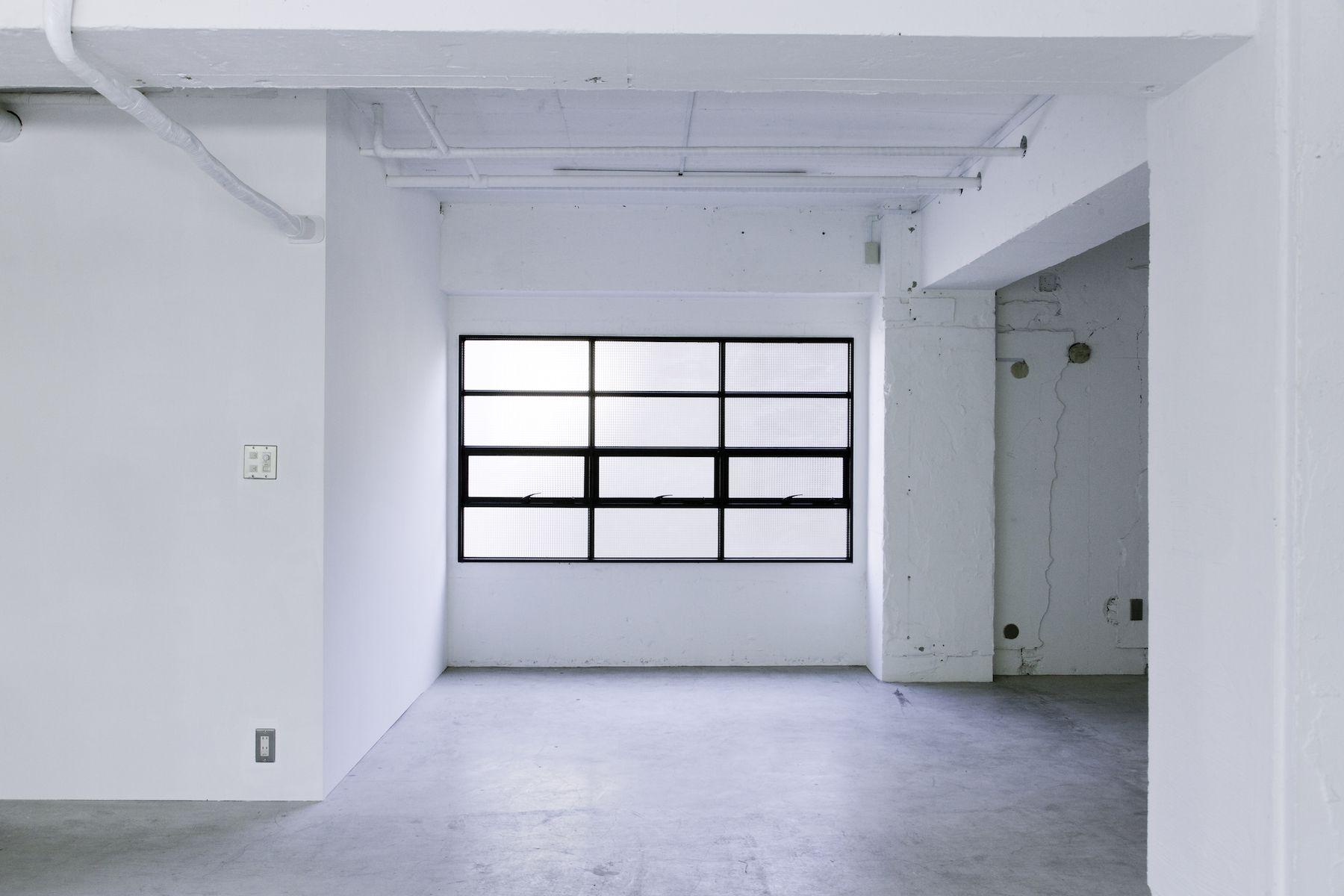 LEERES STUDIO (リアレススタジオ)アイアン格子の窓/2F
