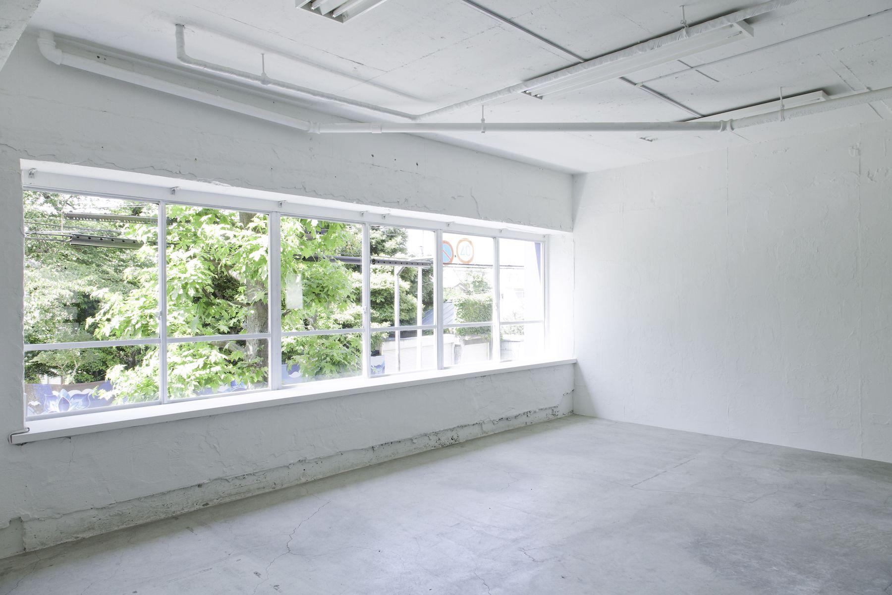 LEERES STUDIO (リアレススタジオ)大きな窓と白い壁/2F