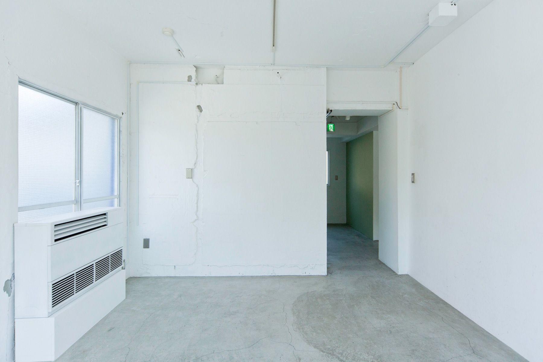 LEERES STUDIO (リアレススタジオ)小部屋 モルタルの床/2F