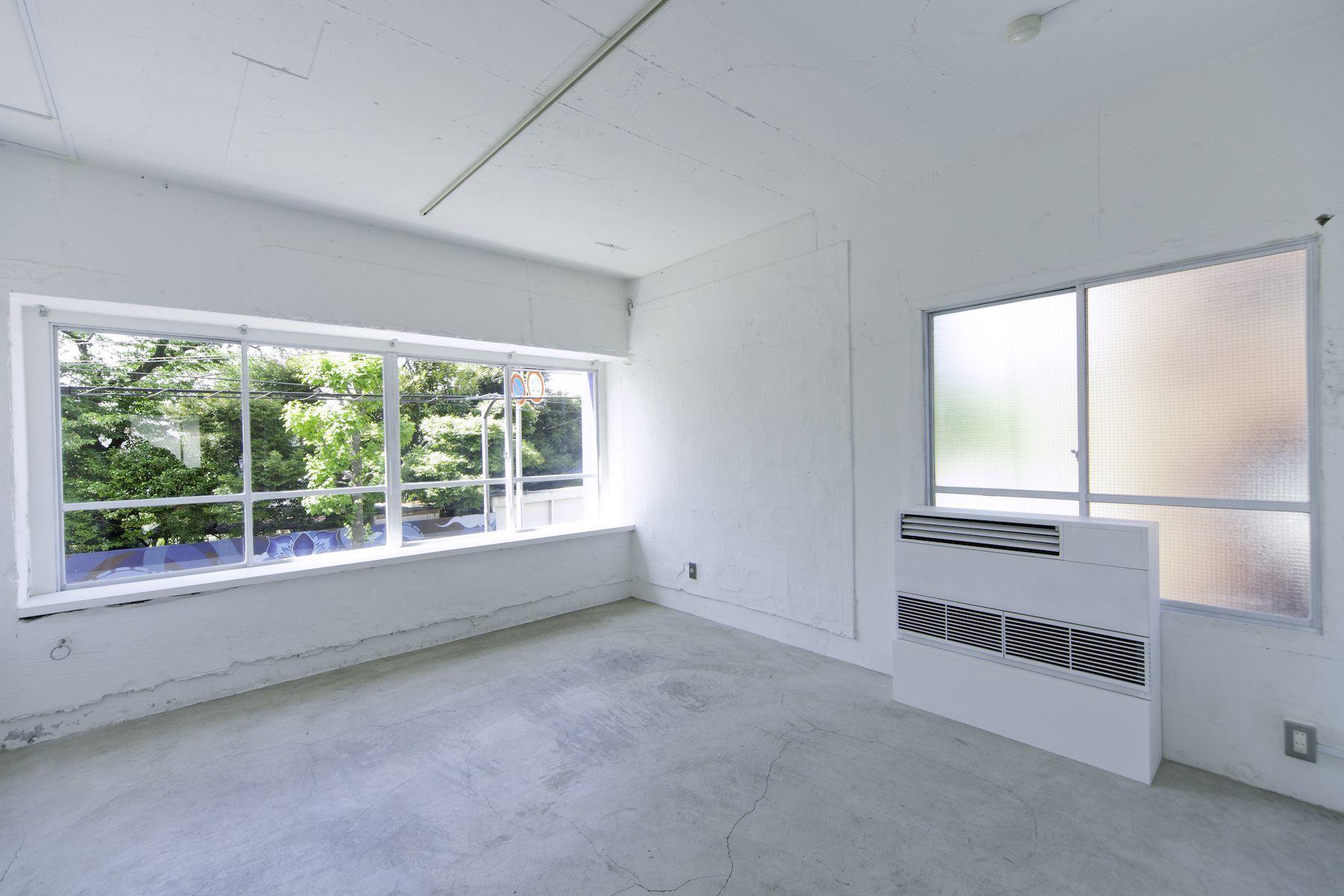 LEERES STUDIO (リアレススタジオ)小部屋 窓/2F