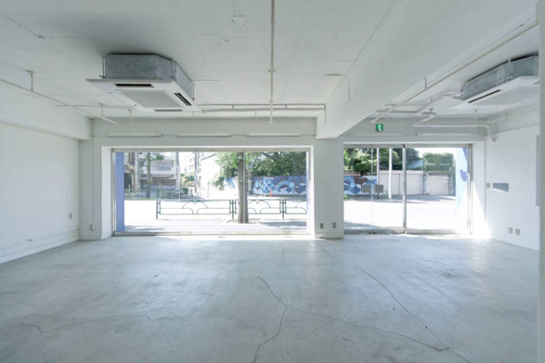 LEERES STUDIO (リアレススタジオ)ショーウィンドウのある空間/1F