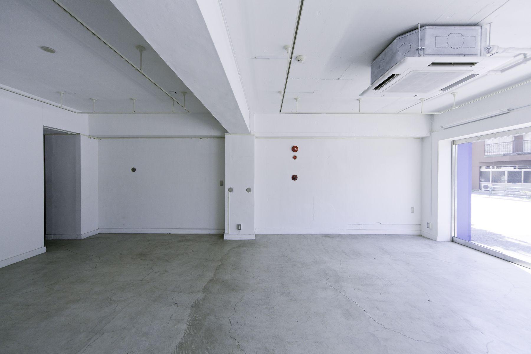 LEERES STUDIO (リアレススタジオ)白い壁/1F