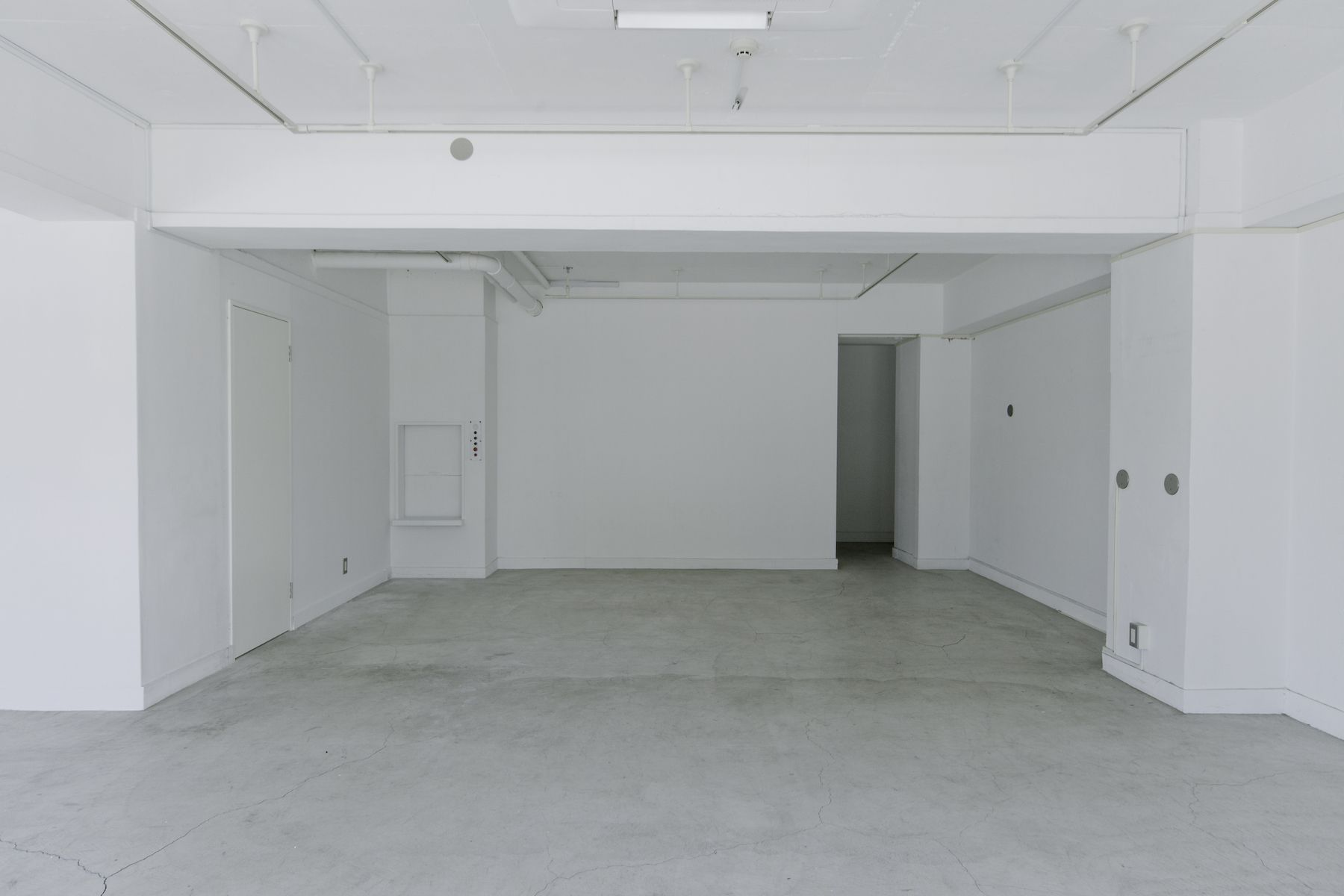 LEERES STUDIO (リアレススタジオ)無機質な空間/1F