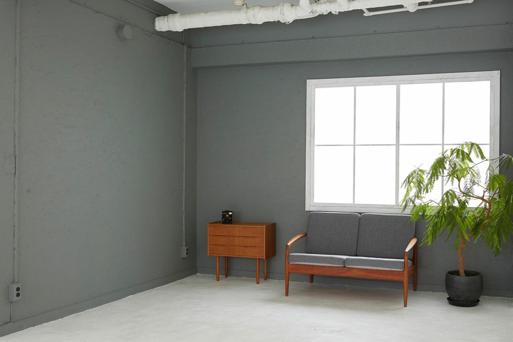 FIVE STUDIO (ファイブ スタジオ)壁板を外して床に敷いています。
