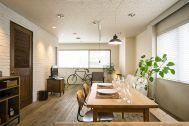 M RESIDENCE/個人宅 (エム レジデンス):古木の床、白い壁面がベースです
