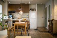 M RESIDENCE/個人宅 (エム レジデンス):さまざまな木材の色が調和