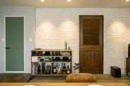 M RESIDENCE/個人宅 (エム レジデンス):存在感のある木製ドア