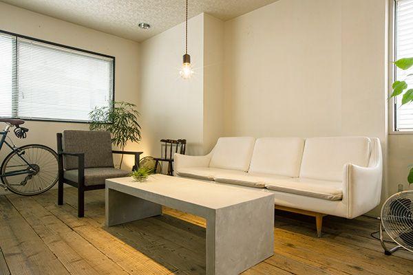M RESIDENCE/個人宅 (エム レジデンス)モルタルのテーブルとレザーソファ