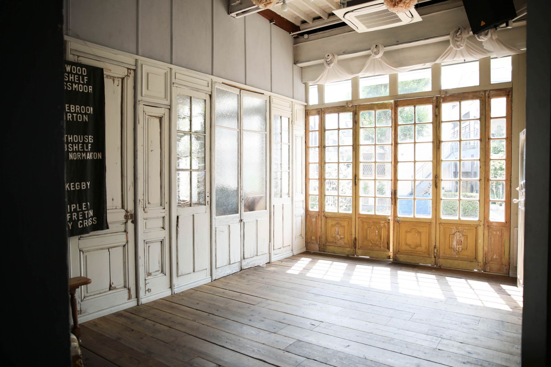 studio itto 目黒碑文谷1Fst (スタジオ イット)西陽の入る大きな窓と白扉