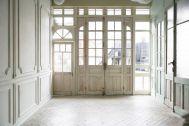 studio itto 目黒碑文谷1Fst (スタジオ イット):西陽の入る大きな窓と白扉