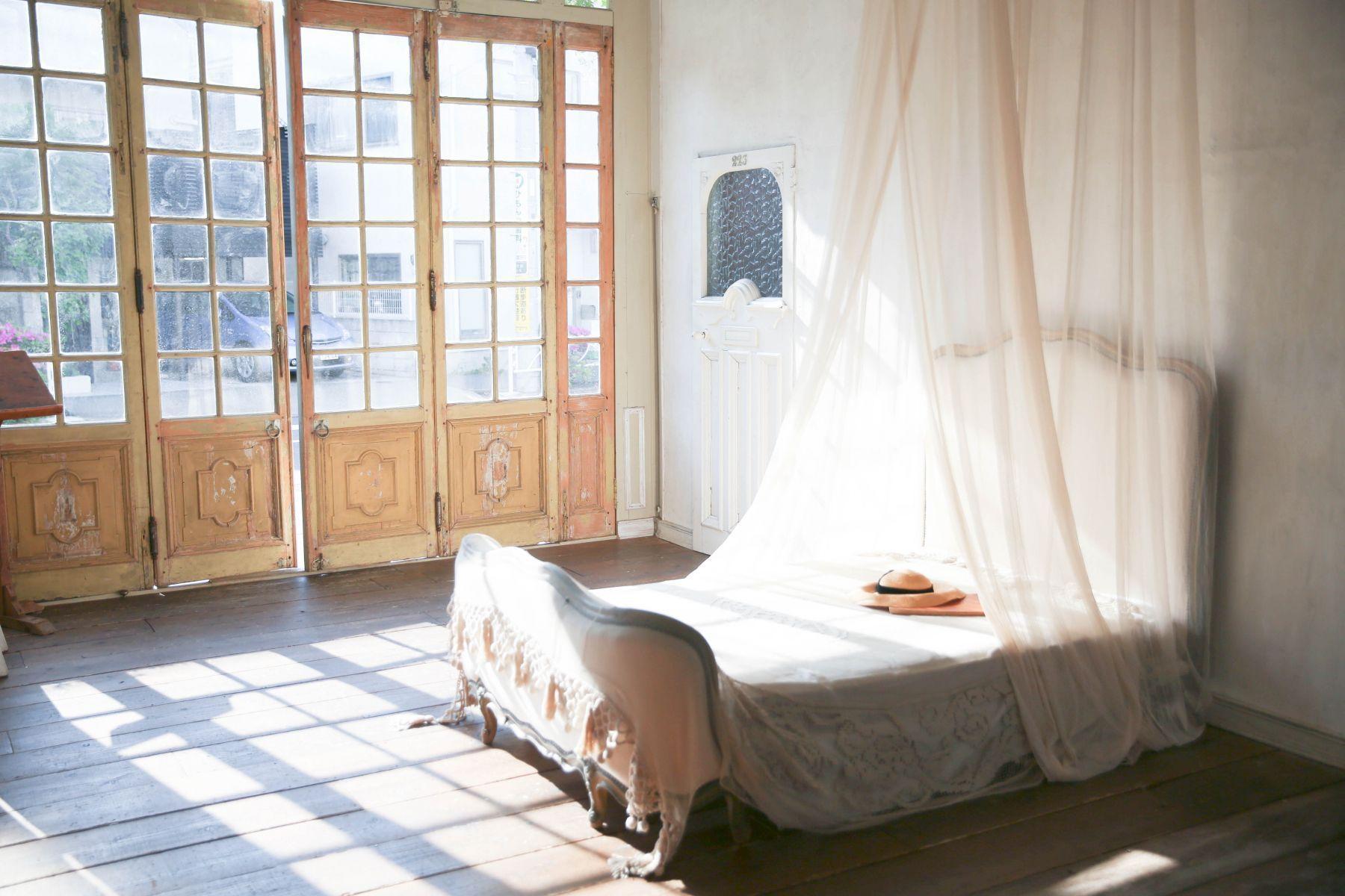 studio itto 目黒碑文谷1Fst (スタジオ イット)西陽の入る大きな窓とベッド