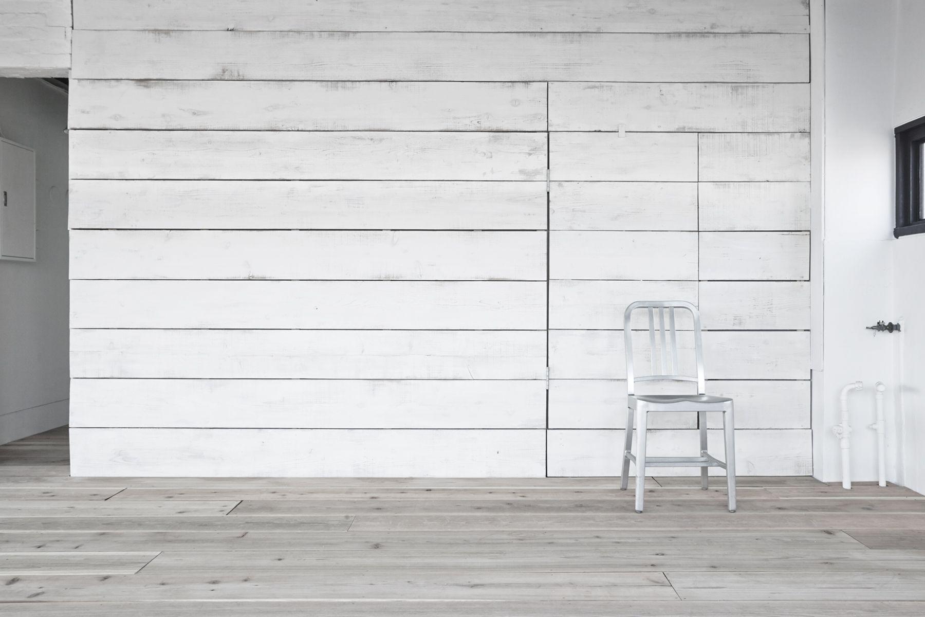 Tree&Suns Studio (ツリー&サンズ スタジオ)エイジングされた白い木壁