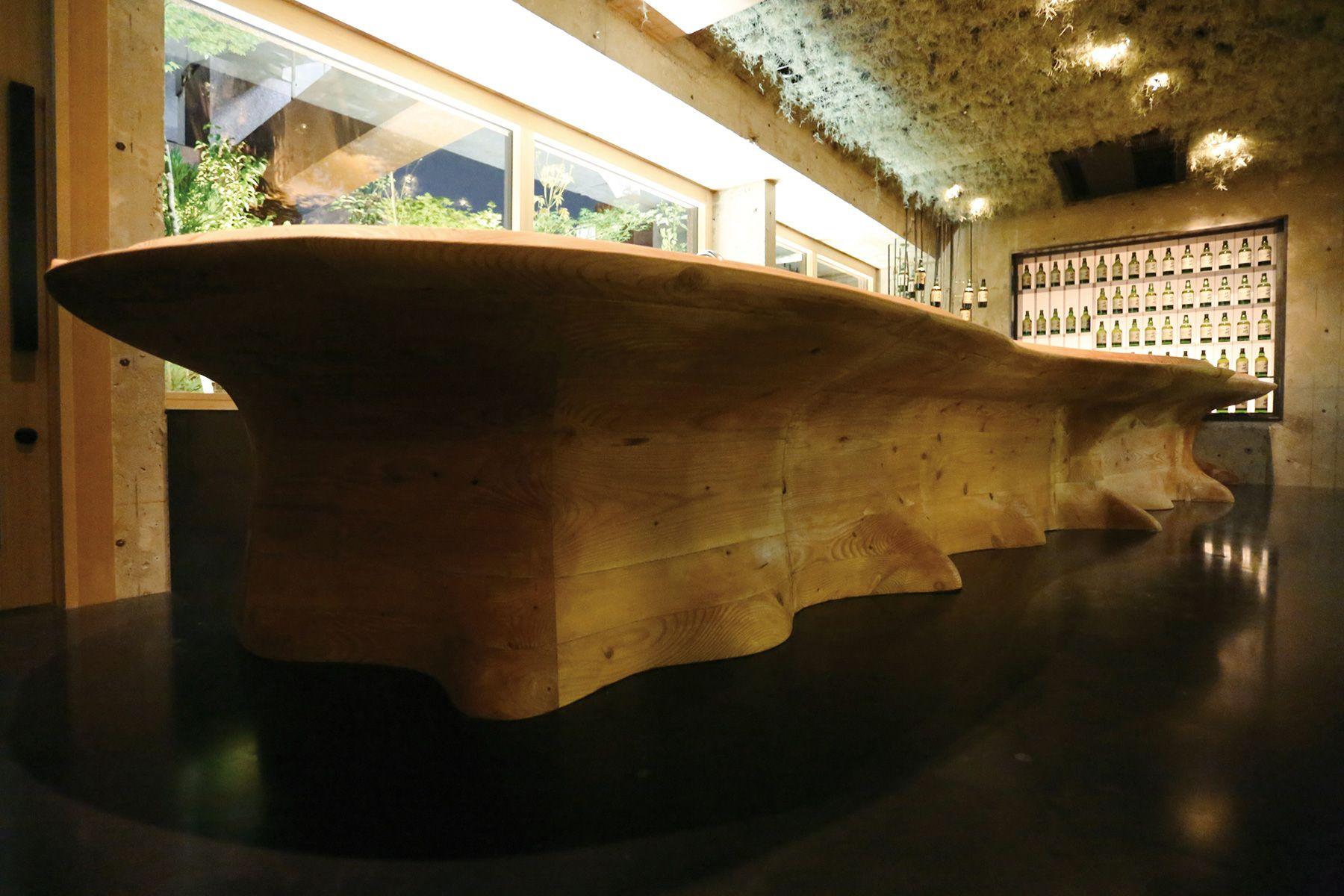 MOMENT KANDA 西口 (モーメント カンダ)/バー存在感のある木のカウンター