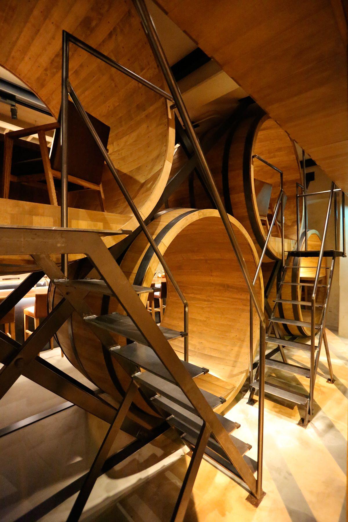 MOMENT KANDA 南口 (モーメント カンダ)/バー2階(樽の個室)へ続く階段