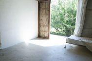 Atelier S 尾山台 (アトリエ エス):2F 南側_コンクリート床と庭抜け