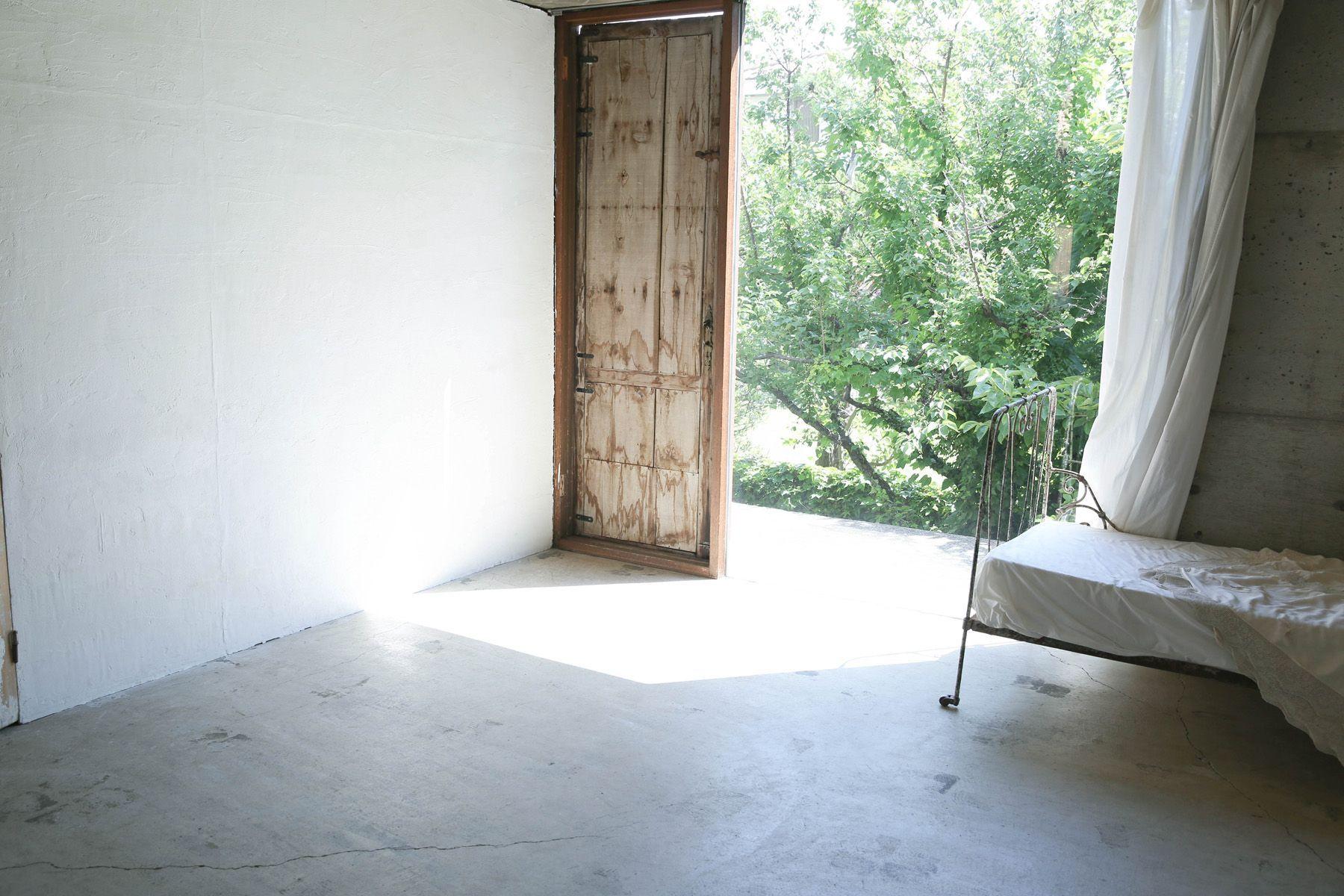 Atelier S 尾山台 (アトリエ エス)2F 南側_コンクリート床と庭抜け