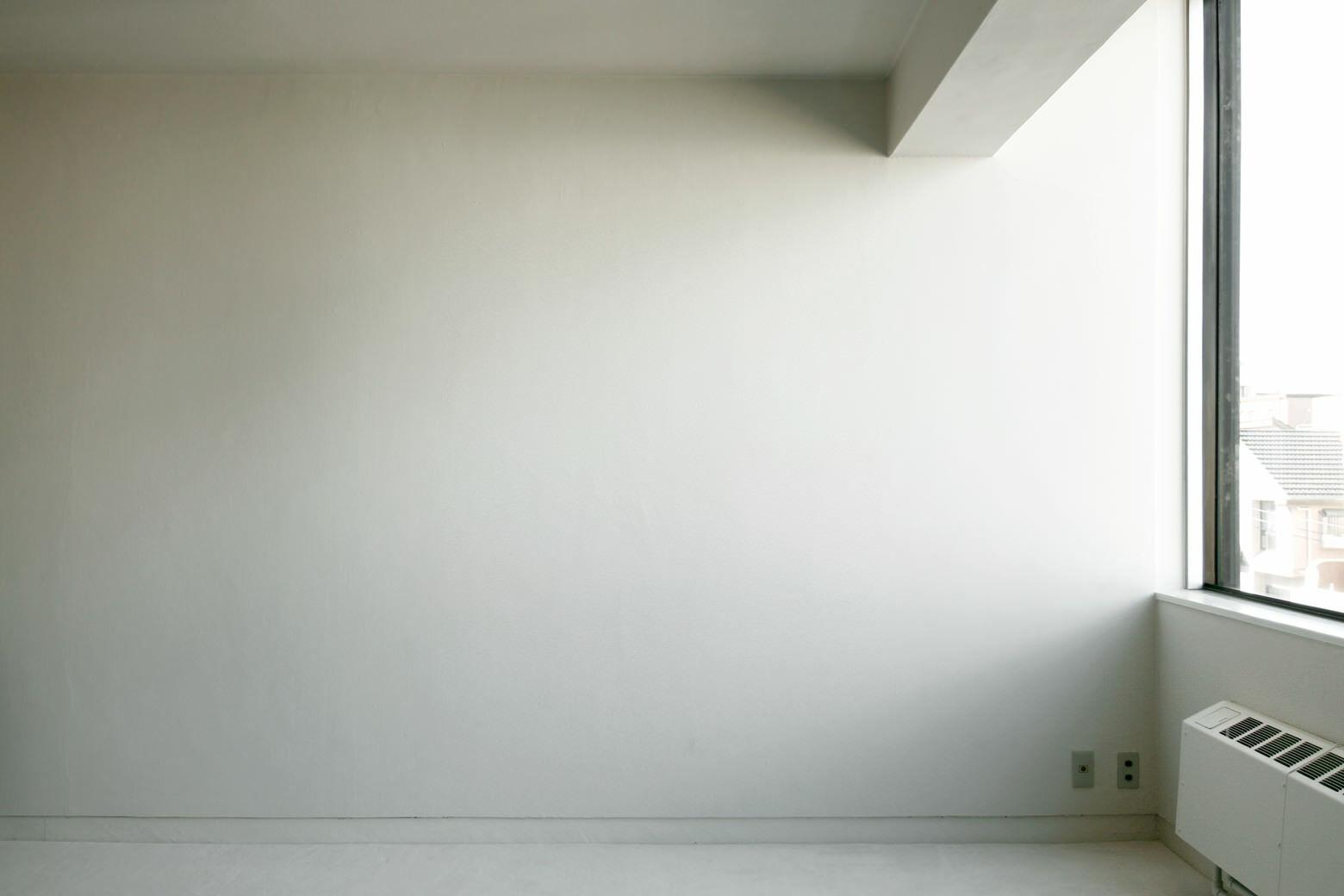 FEM(フェム)自然光の差し込大きな白い壁
