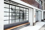 StudioBRICK 1F (スタジオブリック八丁堀1F):アイアン扉とベンチ