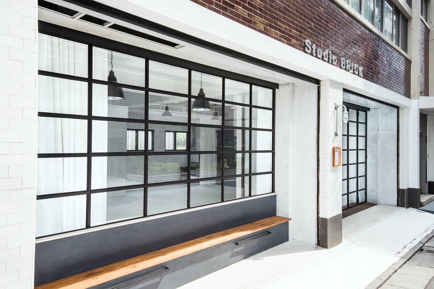 StudioBRICK 1F (スタジオブリック八丁堀1F)アイアン扉とベンチ