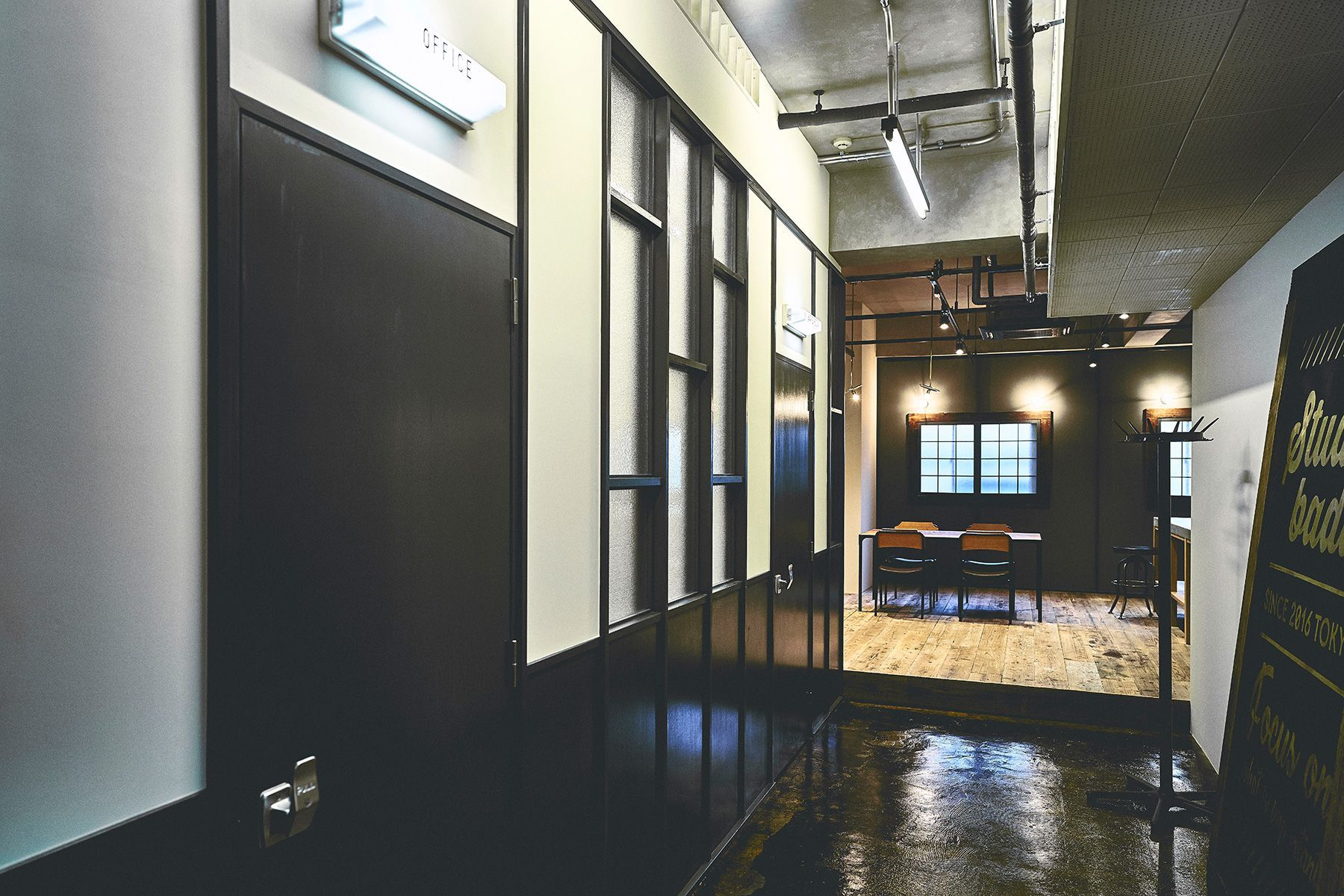 Studio Badw(スタジオ バドウ)廊下からキッチン