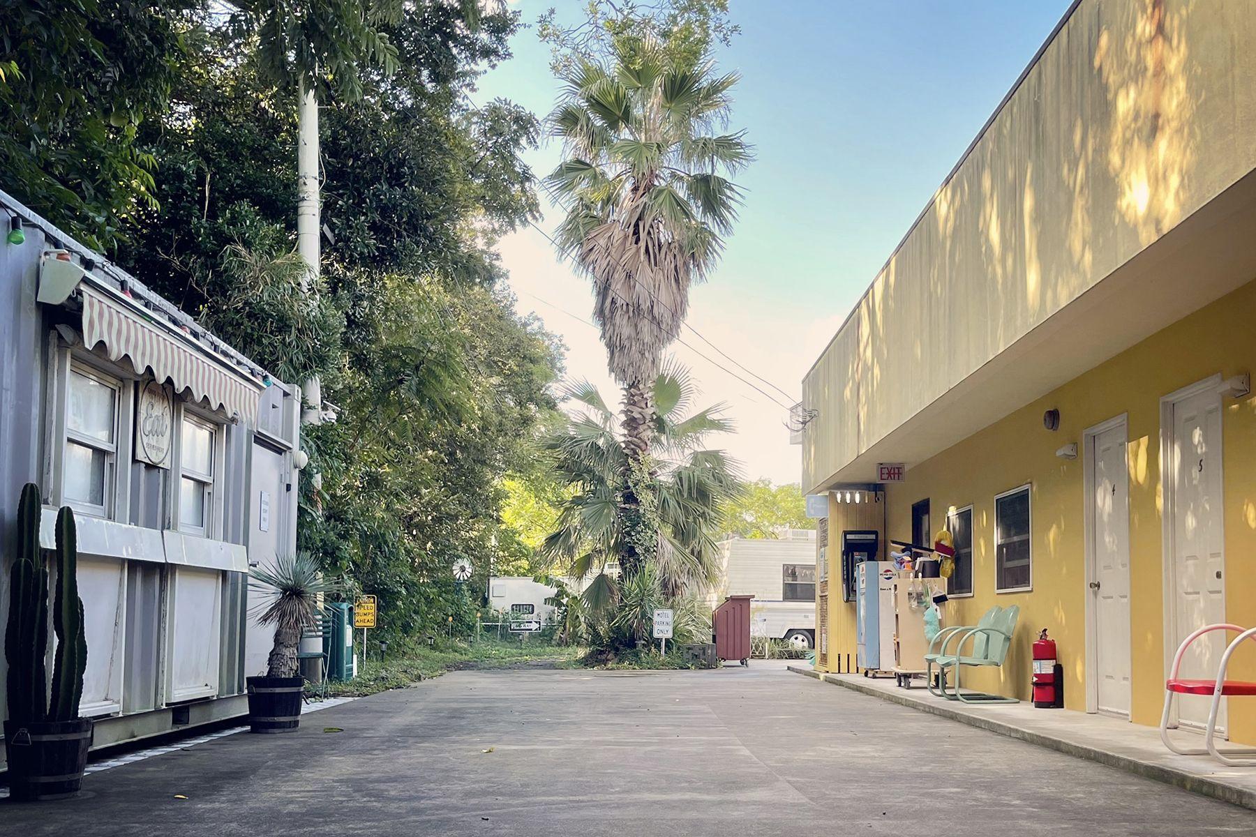 Palms 22  (パームス 22)Motel Room