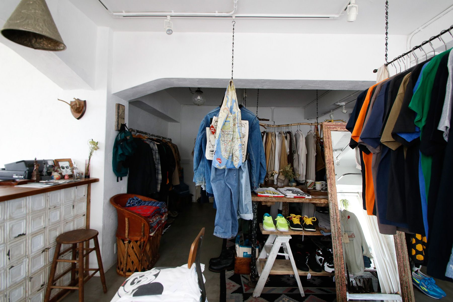 STRANGER/shop (ストレンジャー)店内 玄関に向かって