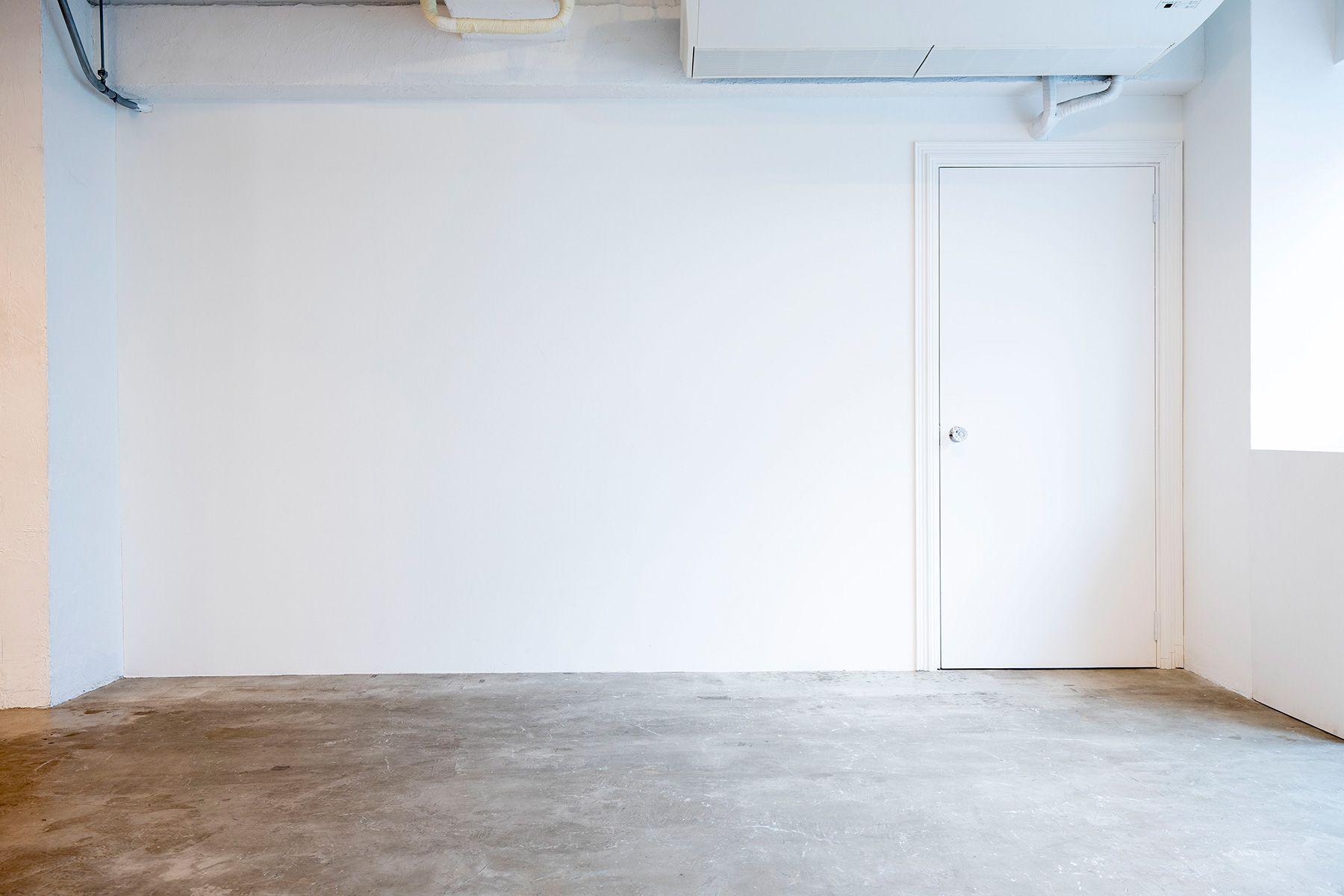 Studio 5th NAKAMEGURO (スタジオフィフス)青いドアの映える漆喰の壁