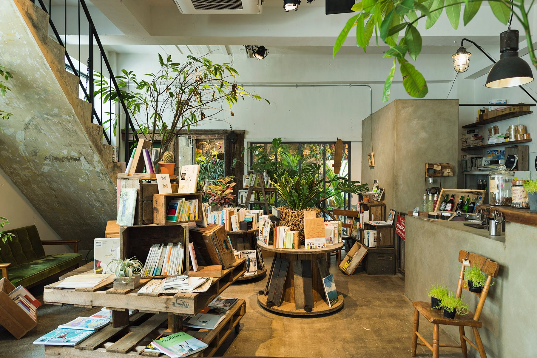 ROUTE COMMON BOOK CAFE  (ルートコモン ブックカフェ)店内