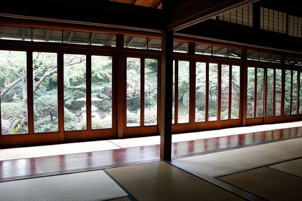 昭和の家(しょうわのいえ)端から端まで庭に面した窓