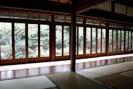 昭和の家(しょうわのいえ):端から端まで庭に面した窓