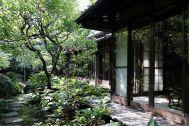 昭和の家(しょうわのいえ):軒下から庭