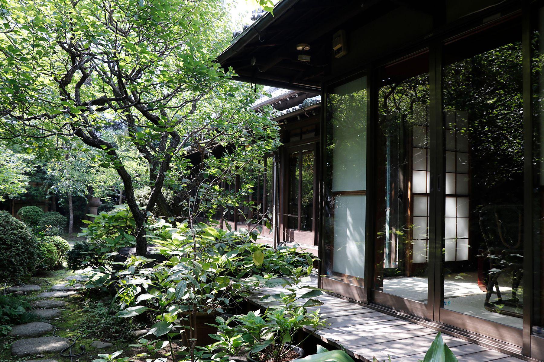 昭和の家(しょうわのいえ)軒下から庭