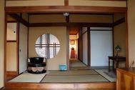 昭和の家(しょうわのいえ):正門の木扉