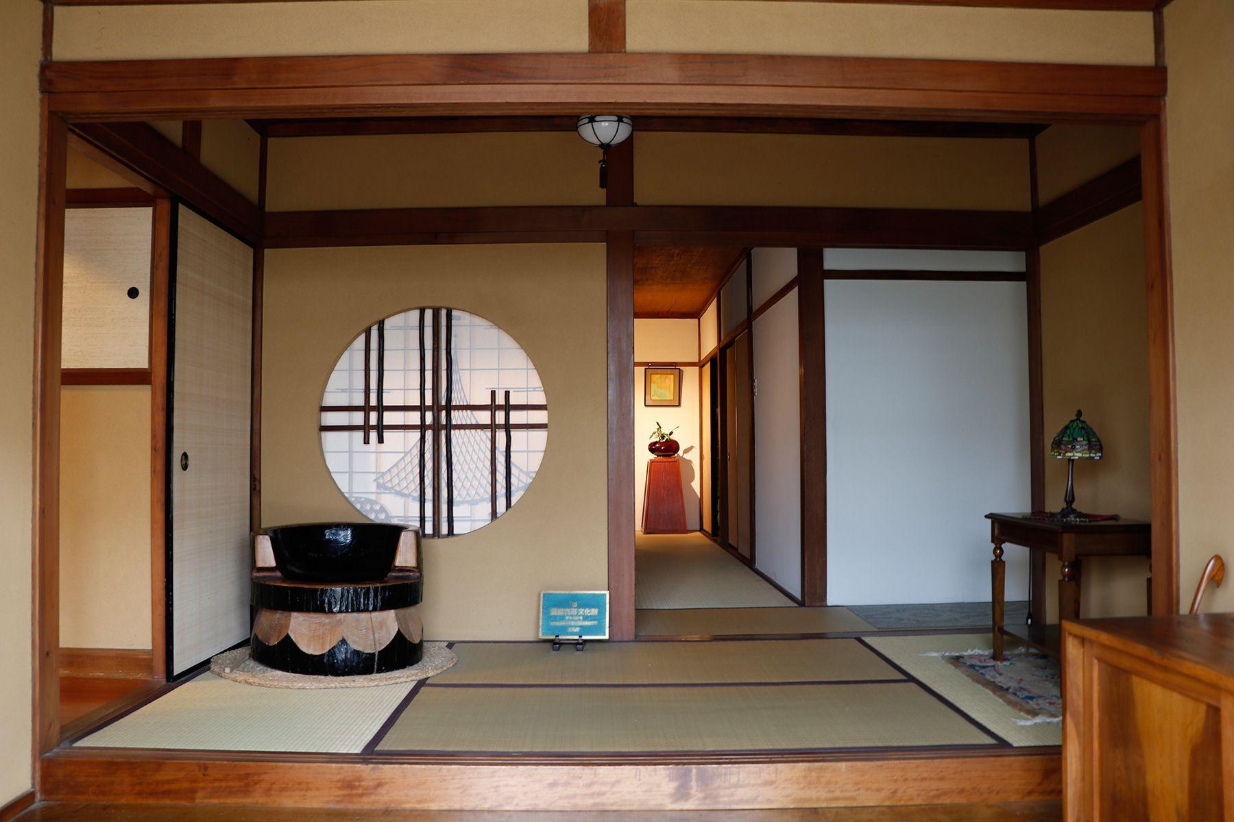 昭和の家(しょうわのいえ)正門の木扉