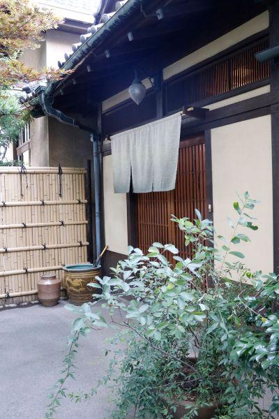 昭和の家(しょうわのいえ)正門から玄関へのアプローチ