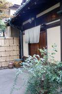 昭和の家(しょうわのいえ):正門から玄関へのアプローチ