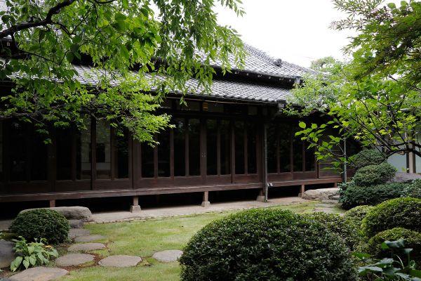昭和の家(しょうわのいえ)庭から建物