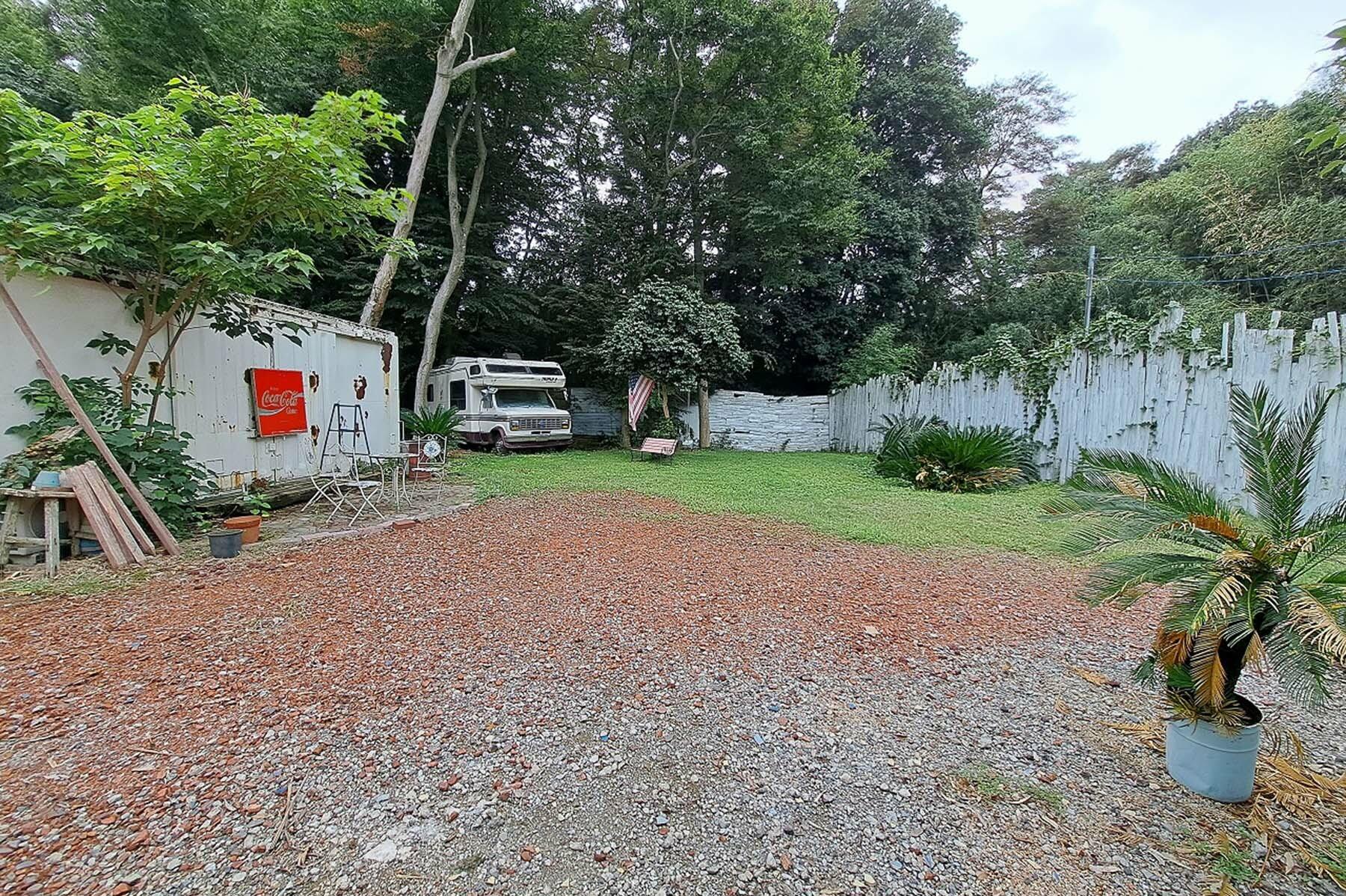 Joining studio (ジョイニング スタジオ)太めの木が多く生えてます。