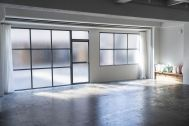 STUDIO SAND 1F(スタジオサンド1F):ダークグレーの格子窓とドア