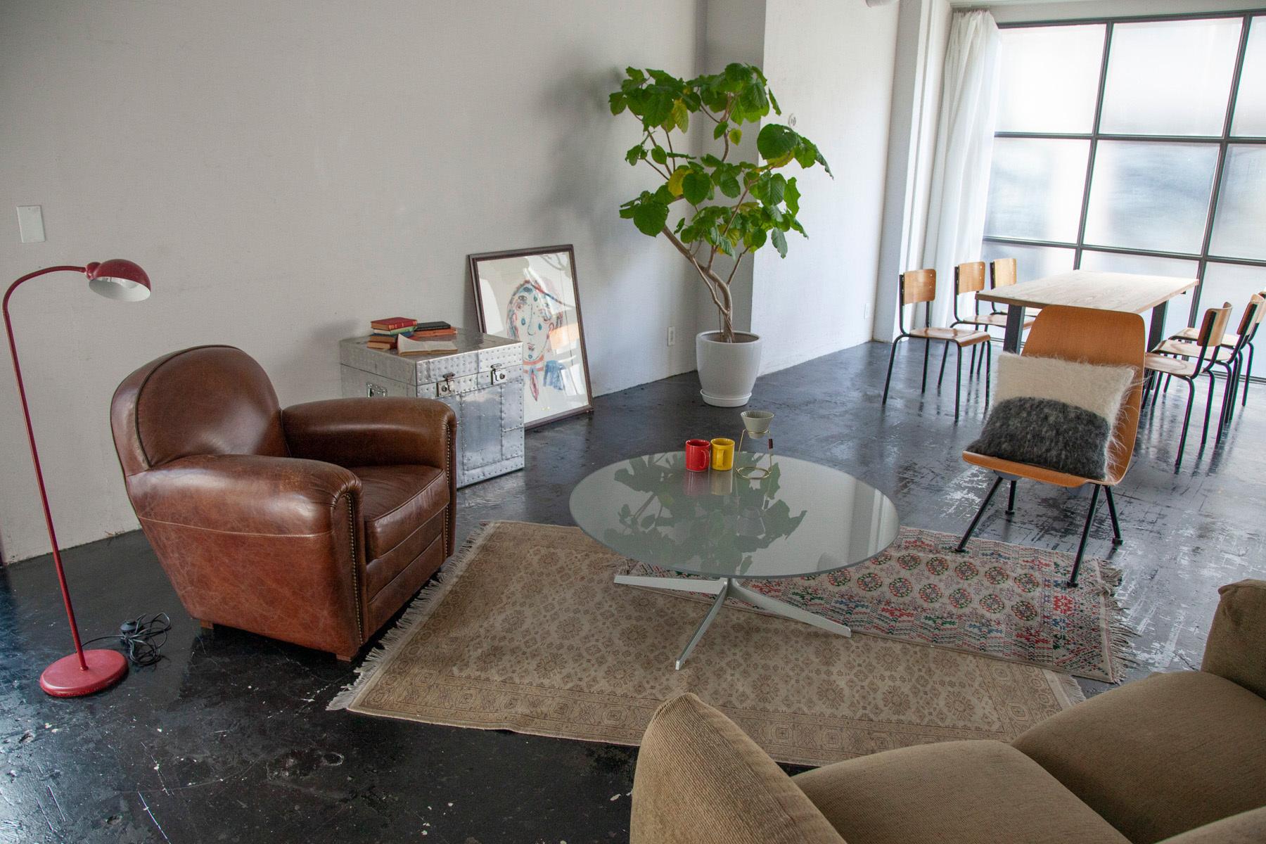STUDIO SAND 1F(スタジオサンド1F)ダークグレーの格子窓とドア